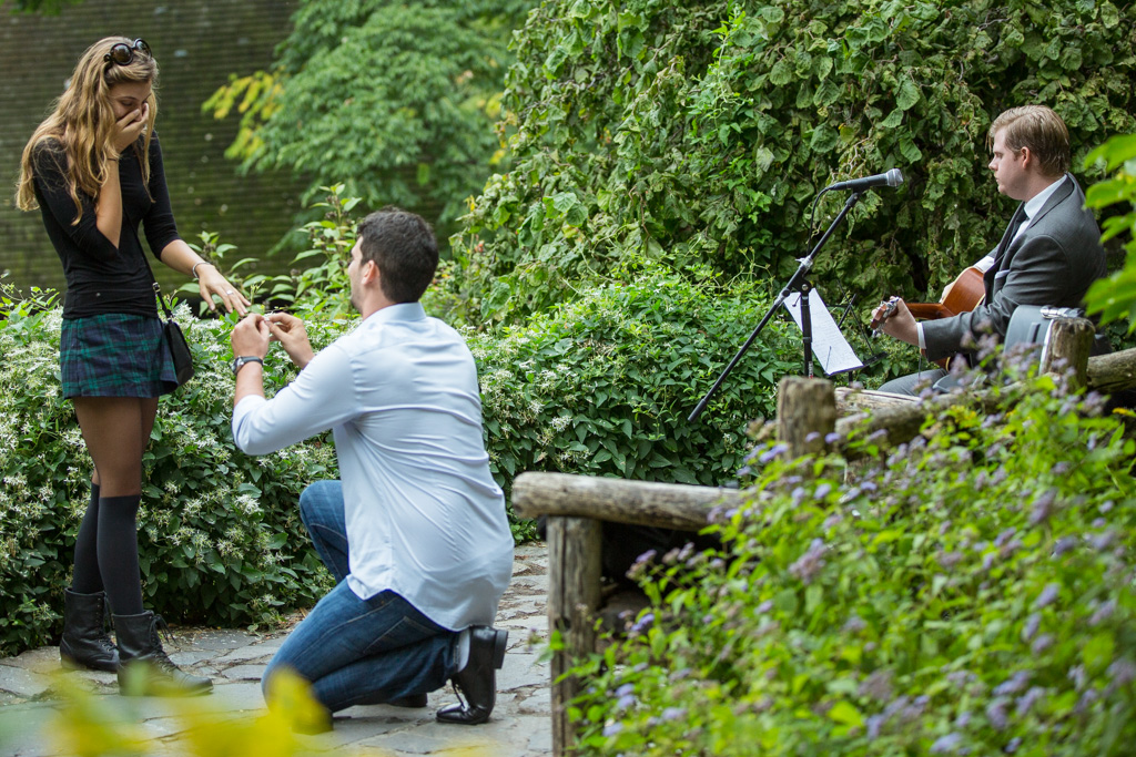 Proposal in Shakespeare Garden at Central Park]– photo[4]