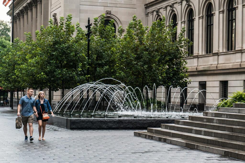 Photo Marriage proposal in front Metropolitan museum. | VladLeto
