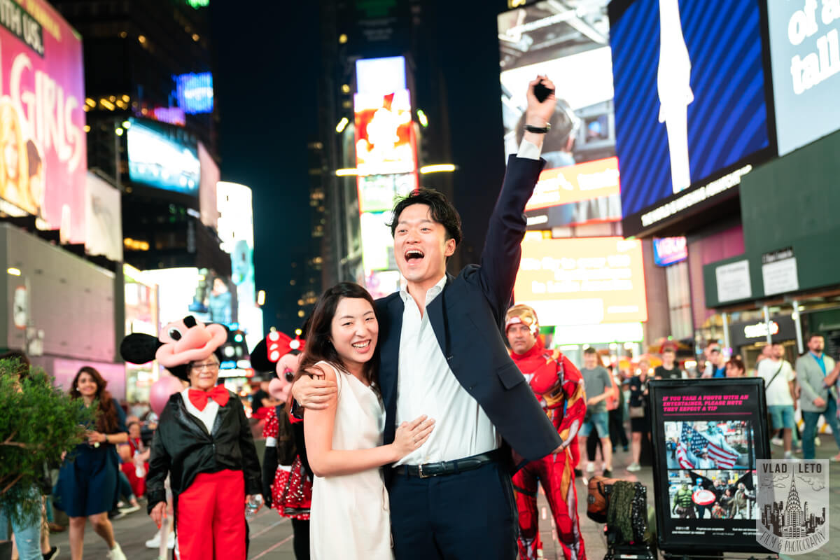 Photographer captured proposal one Times square
