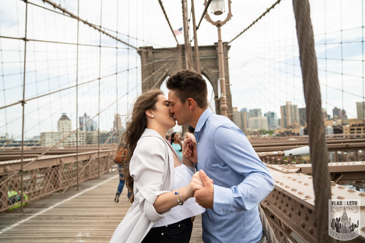 engagement photographer brooklyn bridge