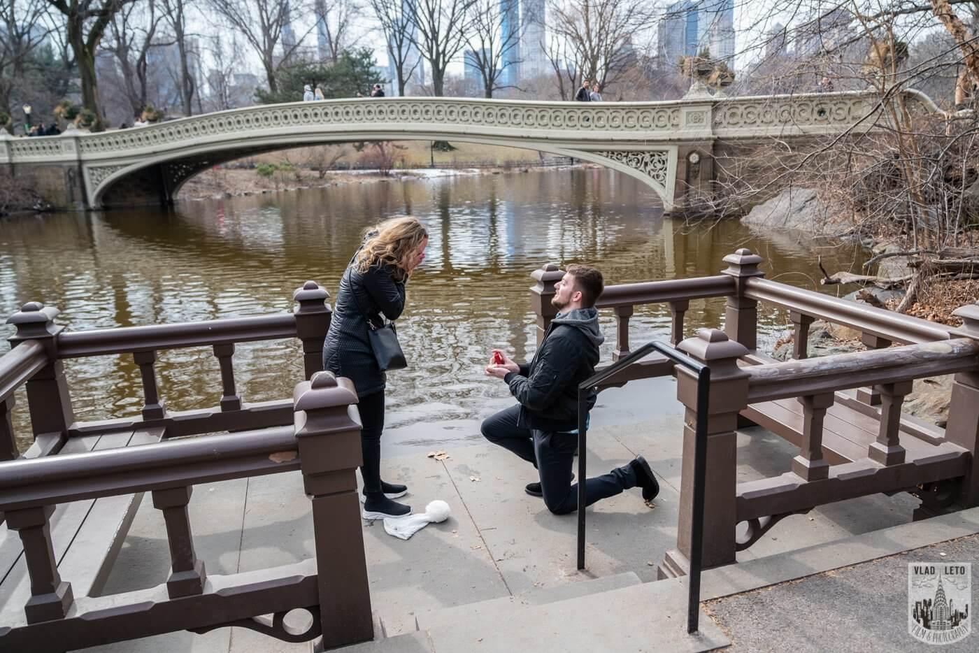 Photo Bow bridge wedding proposal in Central Park | VladLeto